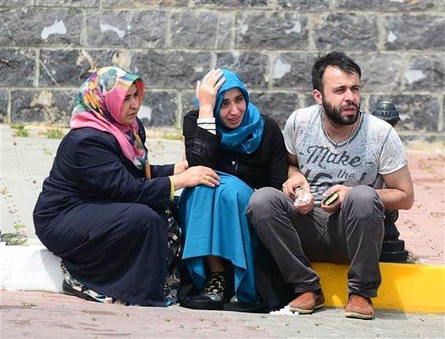 Terör saldırısında hayatını kaybedenlerin yakınları, cenazelerin kaldırıldığı Adli Tıp Kurumu'nda...