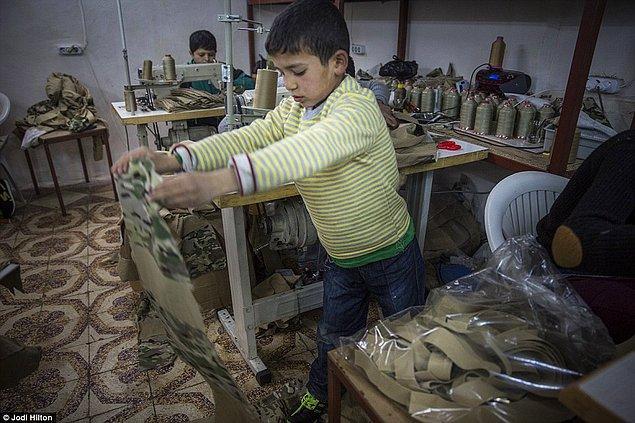 Çocuklar günde 12 saat çalışıyor, kamuflaj desenli kumaşları kesiyor, kalıplıyor ve dikiyorlar