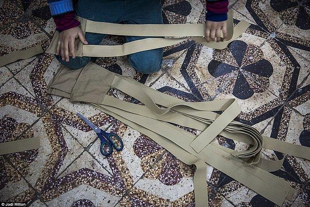 Atölye sahibi Abu Zakour 2012 yılında savaş başlamadan çok daha öncesinden beri askeri giyim ürünleri üretiyormuş