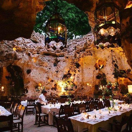 Ali Barbour'ın Mağara Restoranı | Diani Sahili, Kenya.