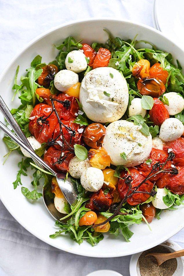 1. Yaz sıcaklarının kurtarıcısı: Fırınlanmış domates ve mozarella salatası