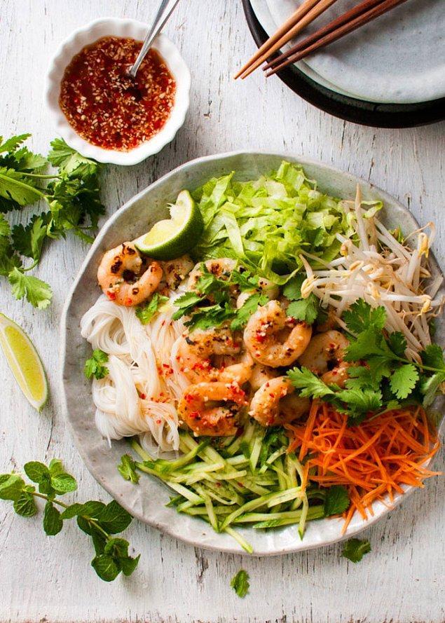 2. Yeni tatlar arayanlara: Karidesli Noodle Salatası