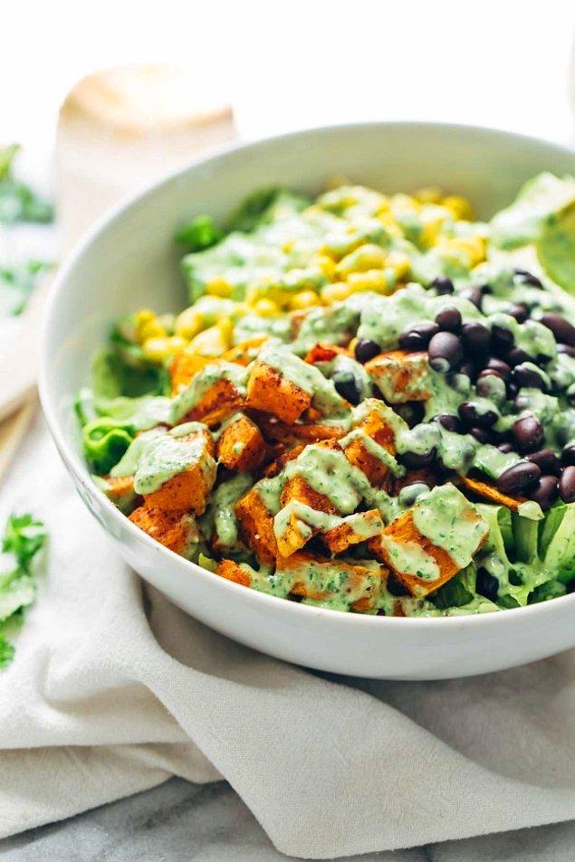 3. Yanmaya doyamayanlar için: Avokado soslu baharatlı salata