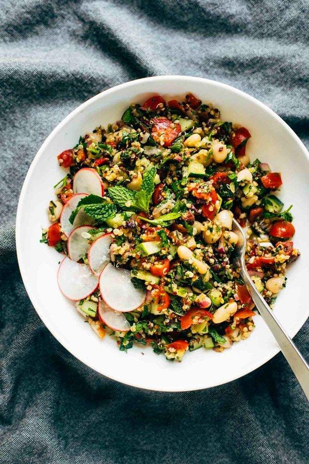10. Serin tercihlerin bir numarası: Kinoalı Yunan salata