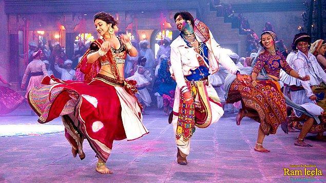 1. Hollywood filmlerinde daha sakin, duru renkler kullanılır. Bollywood filmlerinde ise kıyafetlerden mekanlara her şey rengarenktir.
