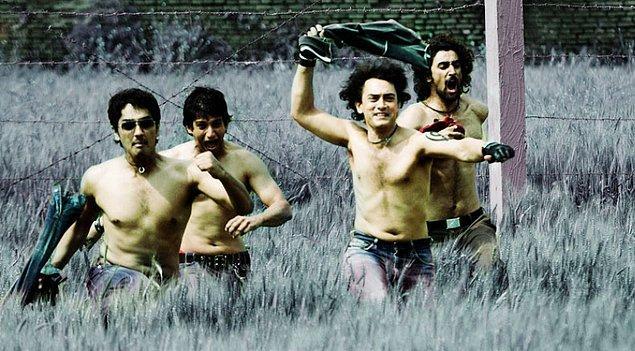 11. Hollywood'da gençler bir araya gelip Playstation oynar, cips yer ve eğlenirler. Bollywood'da ise gençler bir araya gelip sisteme karşı çıkarlar.