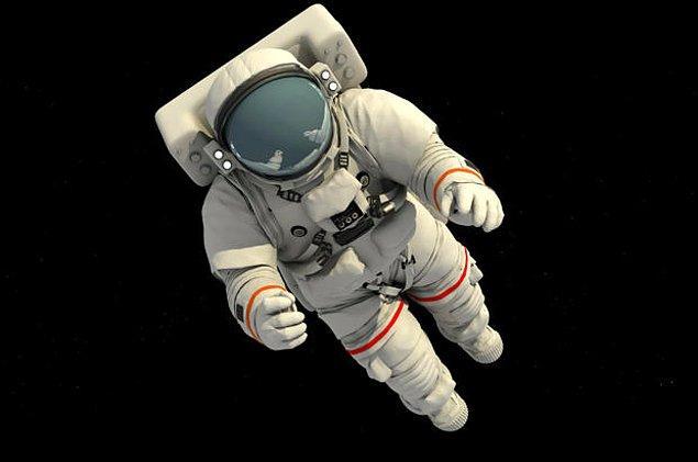 7. 'Astronot' kelimesi, Yunanca'da 'yıldız' ve 'denizci' anlamına gelen kelimelerin birleştirilmesiyle elde edilmiştir.