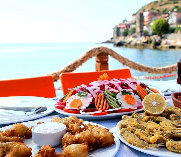 Eşsiz manzara, taze deniz mahsulleri ve muhteşem salatayla birleştiğinde zamanı durdurmak isteyeceksiniz.