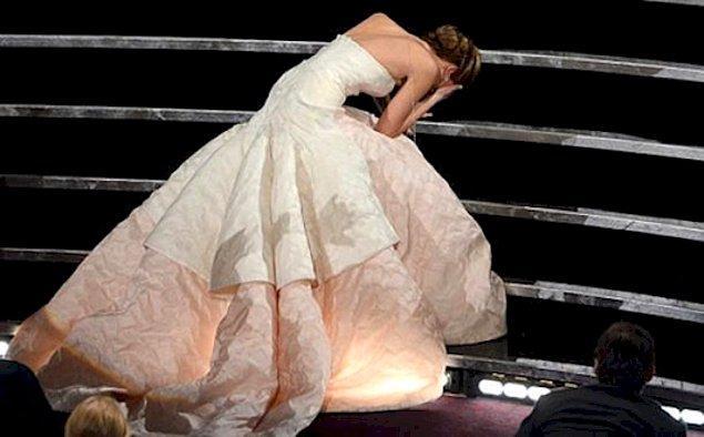 Дженнифер Лоуренс споткнулась на Оскаре