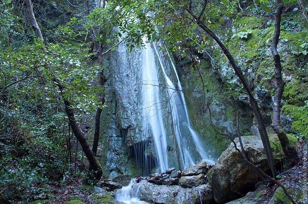 Müthiş bir ormanın içindeki şelaleleri ziyaret edebilir ve  içinde yüzebilirsiniz