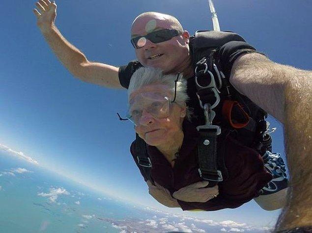 5. 80. doğum gününü uçaktan atlayarak kutlayan maceracı Shirley Dunham.