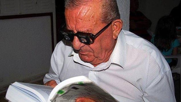 2. Yüzde 90 görme özürlü olmasına rağmen özel aparatlarla ders kitaplarını okuyup Ankara Üniversitesi Hukuk Fakültesi'nden mezun 83 yaşındaki Mustafa Genç.