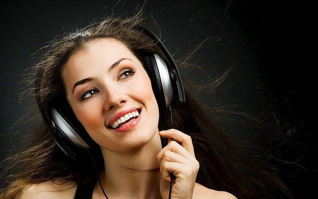 Mutlu olmaya çalışmanın ya da neşeli müzikler dinlemenin yalnız biri yeterli değil.