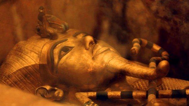 """1. Asıl adı Tutankhaton, kendi seçtiği adı Tutankhamun, lakabı ise """"çocuk kral"""" olan bu kral,  MÖ. 1341 yılında doğmuştur."""