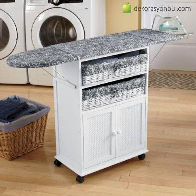 13. Ütü yapmayı kolaylaştırmak ve süreyi azaltmak için ütü masasının kılıfının altına alüminyum folyo koyun. Sıcağı geri yansıtacağından ütü yapmak daha kolay olacaktır.