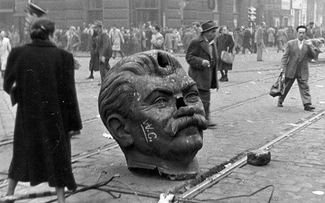 10. Macar Devrimi sırasında Joseph Stalin heykelinden koparılan kafa kısmı Budapeşte sokaklarında, 1956.