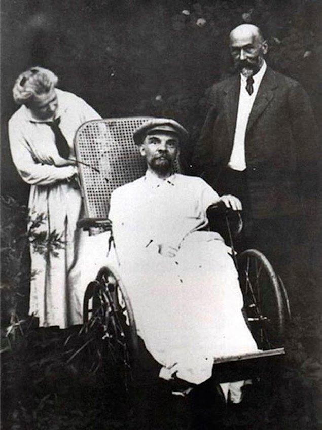 12. Sovyet Rusyası'nda yasaklanan, Lenin'inin üçüncü felci sonrası çekilmiş bir fotoğrafı, 1923.