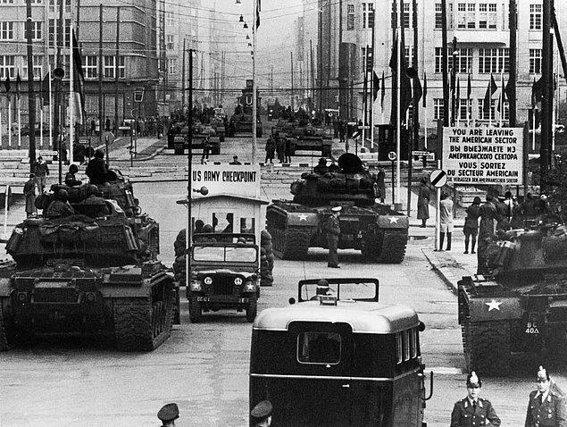 13. Berlin Krizi sırasında Doğu-Batı geçiş noktası olan Checkpoint Charlie'de konumlamış ABD ve Sovyet tankları, 1961.
