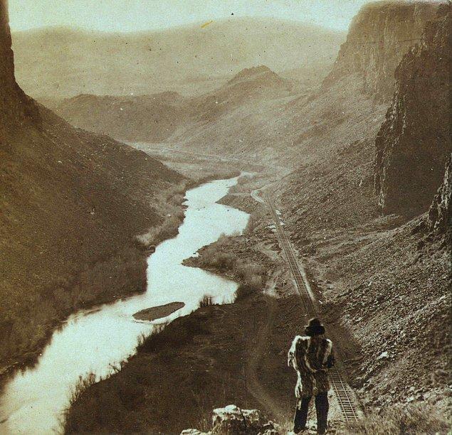 16. Bir Amerikan yerlisi, Nevada'da yeni tamamlanan kıtalar arası tren yoluna bakıyor, 1867.