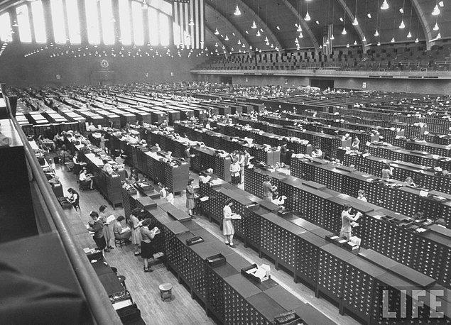 21. 2. Dünya Savaşı sırasında FBI'ın devasa parmak izi fabrikasının içi (1943)