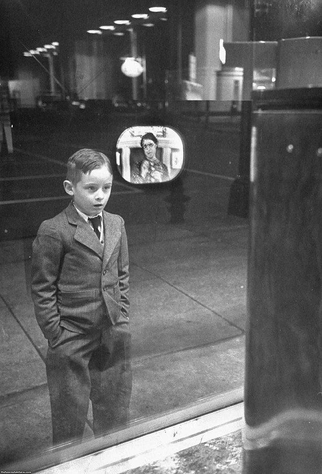 24. İlk defa televizyon gören bir çocuk, 1948.