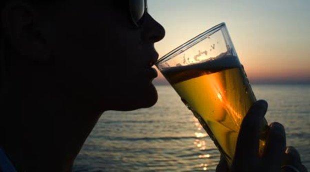 Denize karşı bira içmek
