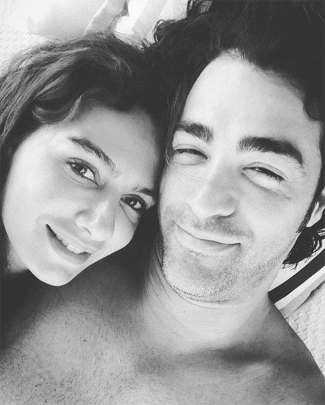 Geçtiğimiz gün 2. evlilik yıldönümlerini kutlayan çift, Instagram'da paylaştıkları fotoğraflarla ayrılık söylentilerine en güzel cevabı verdi.