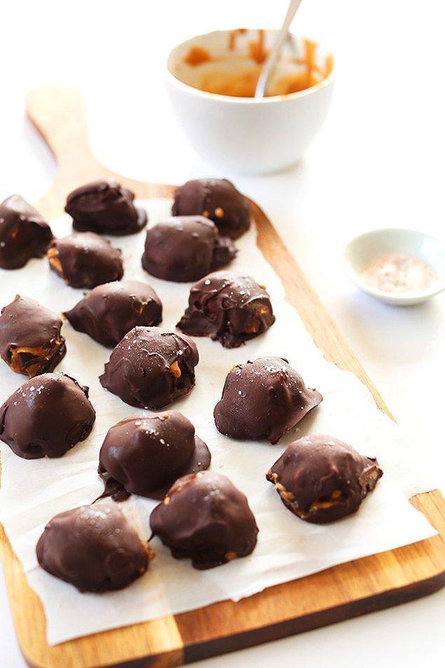 12. İçi hem fıstık ezmesi hem karamel dolu çikolata toplarına ne dersiniz?