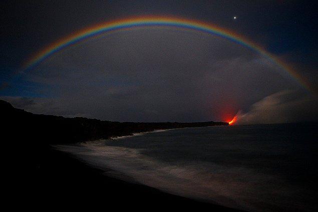 Güneş çoktan batmış, gökyüzünün rengi koyu maviden siyaha dönmüş durumda.