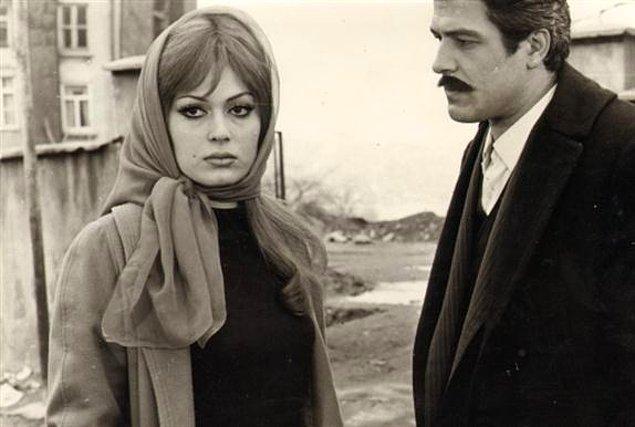 4. Türk sinemasının unutulmaz filmi Vesikalı Yarim'de Halil, Sahiba ile pavyonda tanışır. Peki Halil ne iş yapmaktadır?