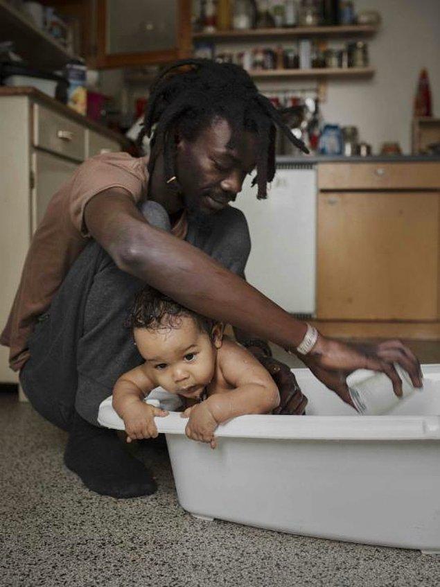 2. İşe gitmeyip evde hayatını geçiren babaların gündelik hayatını fotoğraflamaya başlıyor.