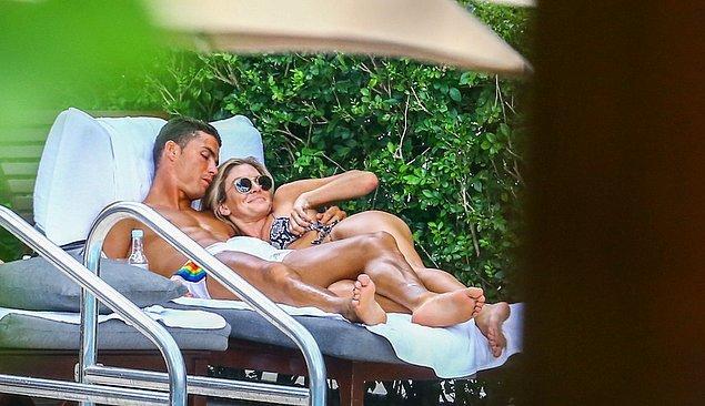 1. Cristiano Ronaldo, geçtiğimiz gün gizemli bir hanımla Miami'de paparazzilere yakalandı.