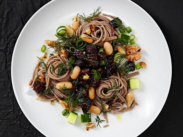 3. Evdeki spagettileri hafif bir salataya dönüştürmek aslında çok kolay!