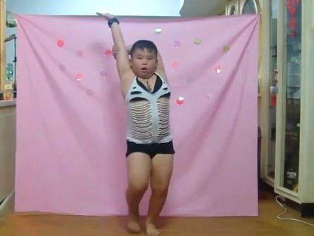 10. Striptizciye benzeyen çocuk.
