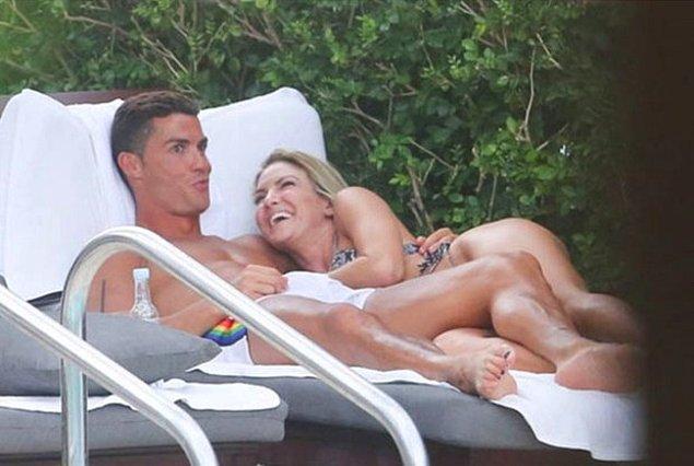 """5. Elinin nerede olduğunu çözemediğimiz bu hanımefendinin yaşattığı """"ufak bir hareketlenme"""" de Cristiano'nun yüzünden anlaşılabiliyor."""