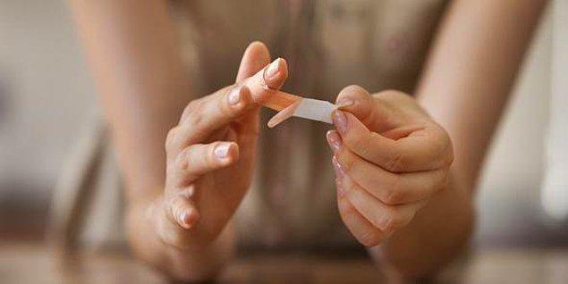 Tüm yaralar gibi, kağıt kesikleri de temizlendikten sonra yara bandıyla kapatılabilir.