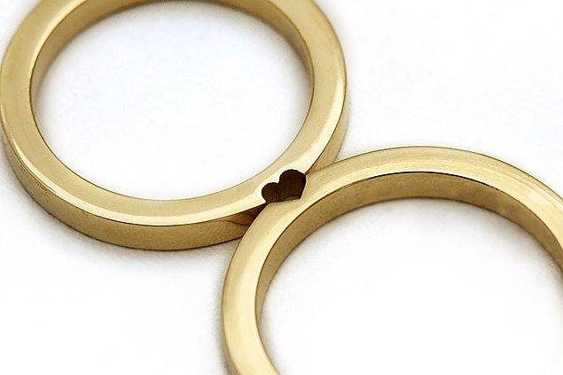 Birer sarraf ve tasarımcı olan çift Eliad ve Maya, İsrail'in Tel Aviv kentinde 'Cadı Jewelry' adında bir mücevher dükkanı işletiyorlar.