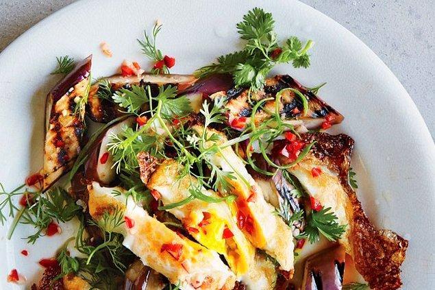 11. Izgarada pişmiş patlıcan ve çıtır çıtır yumurta akşam yemeğinin böylesi!