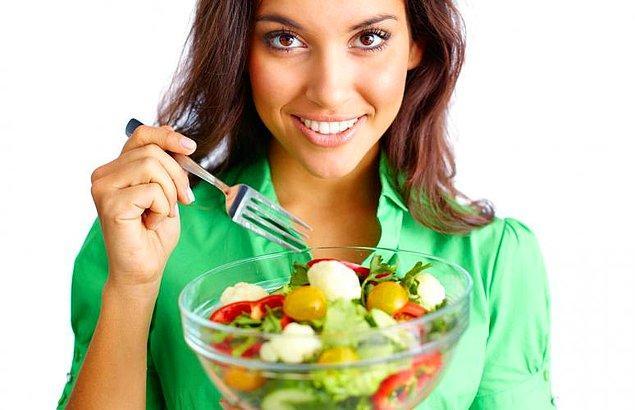 """2. Yazarın derdi bu noktada salatayla değil, salatanın """"tek sağlıklı gıda"""" olarak lanse edilmesiyledir."""