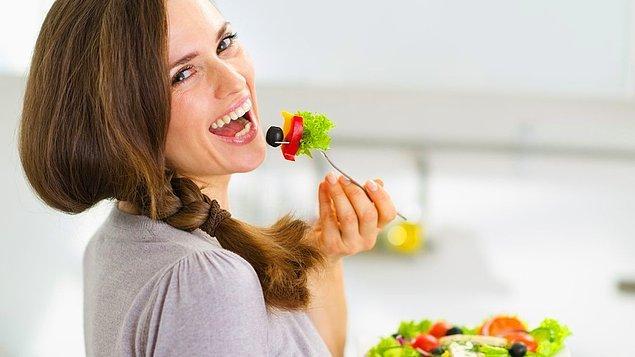 3. Ne ki, biri kilo vermek istesin, kalori alımını sınırlamak istesin, sağlıklı beslenmek istesin, önüne salata koyulur.