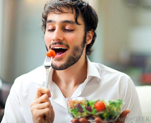 4. Sanki bütün yemekler sağlıksız, fakat salata cennetten inen bir nimettir.