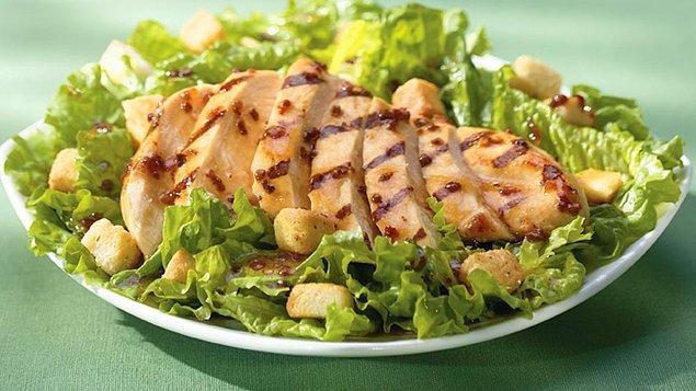 5. Ya da salata dışında sağlıklı bir yiyecek yokmuş, sağlıklı beslenilecekse illa salata yenmeliymiş gibi davranır herkes.