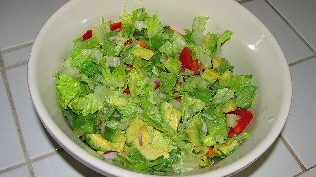 """12. """"Nasıl olsa yeniyor"""" diyerek yapılan uyduruk salatalar dahi bir dünya paraya satılmaya başlandı."""