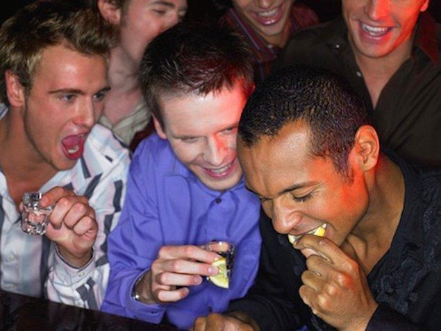 5. Sonu gelmeyen alkol ve uyuşturucu batağı fotoğrafları. Alkol ve partiler bir yere kadar ama bunu yaşam tarzı haline getiren birisine dikkat edin.
