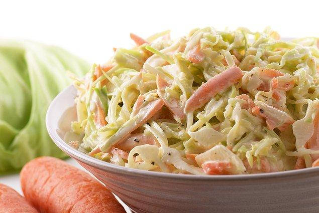 7. Etlerin, tavukların, hamburgerlerin sevgili yan yemeği: Coleslaw salata
