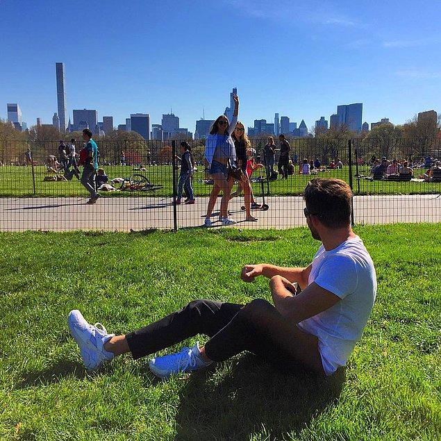 Akrep burcu gezginimiz, yakışıklı olduğu kadar sempatik de! Ee haliyle New York'lu kızların da ilgisini çekmeyi başarmış.