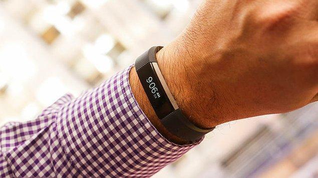 2. Fitbit isimli şirketin ürettiği bu bileklikler, nabzı, tüm hareketleri ve uyku düzenini kayıt altına alma özelliğine sahip.