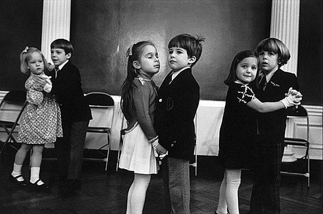 12. Öğle teneffüslerinde oynanan dansa davet oyununda eş olarak onu seçmek.