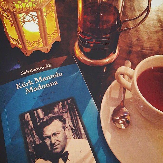 2. Kahve yoksa çay da idare edebilir. Fakat çay, kupa ya da fincanda içilecek. İnce bel bardakta çayı sakın kitabın yanına koymayın, rezil olursunuz.