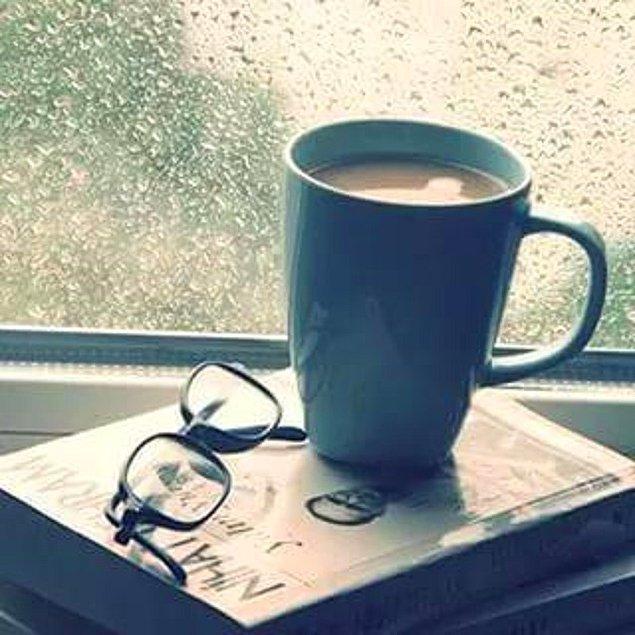 """6. Dinlendirici gözlüğünüz varsa onu da yanına iliştirin. Bu size """"okumaktan kör olmuş, yazııık"""" imajı verecektir."""